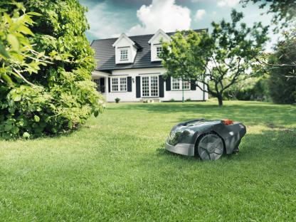 Melns Husqvarna zāles pļāvējs robots – Automower 105 modelis, darbības demonstrācija pļaujot zāli