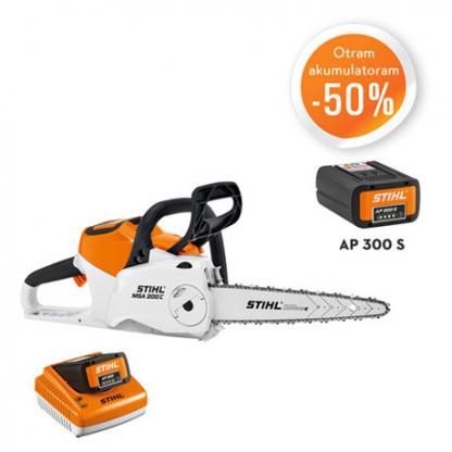 Balts, oranžs Stihl akumulatora zāģis, modelis ''MSA 200 C-B'', ar melnu Stihl akumulatoru, modelis ''AP 300'', ar oranžu un baltu Stihl akumulatoru lādētāju akcijas plakāts