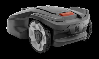 Melns Husqvarna zāles pļāvējs robots, modelis ''Automower 305'', skats no aizmugures kresās puses