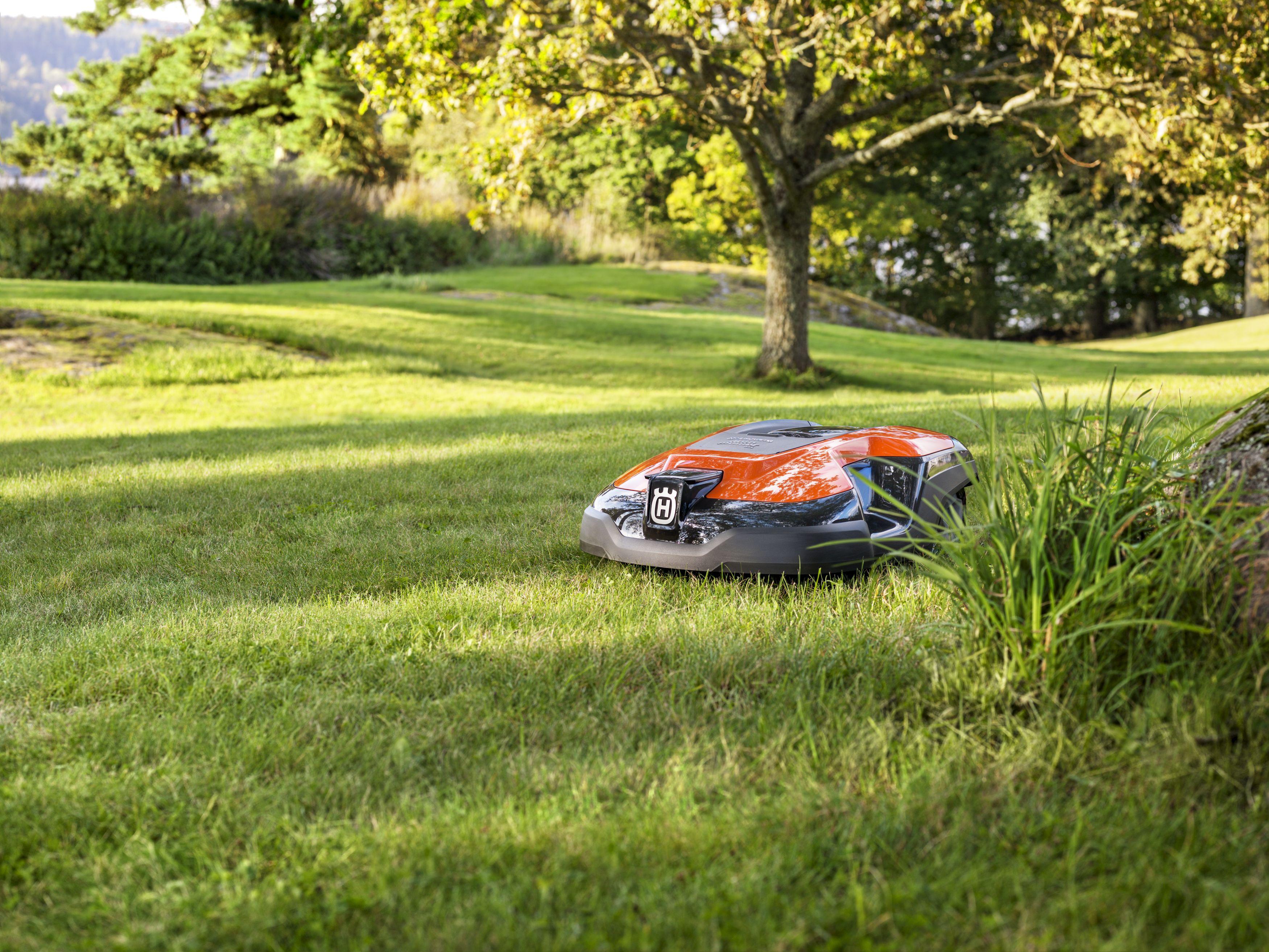 Melns ar Ornažu augšas daļu, Husqvarna zāles pļāvējs robots – Automower 315 modelis, darbības demonstrācija pļaujot zāli