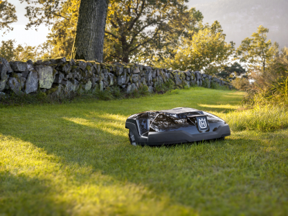 Melns Husqvarna zāles pļāvējs robots – Automower 315 modelis, darbības demonstrācija pļaujot zāli