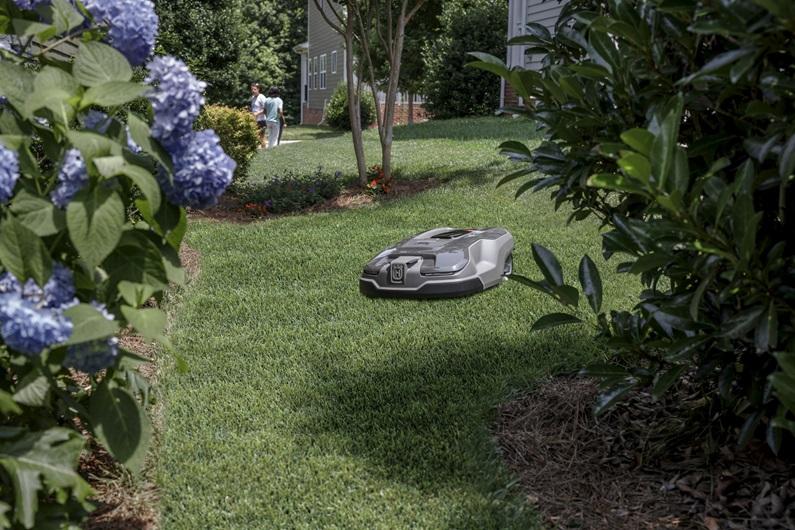 Melns Husqvarna zāles pļāvējs robots – Automower 315X modelis, darbības demonstrācija pļaujot zāli