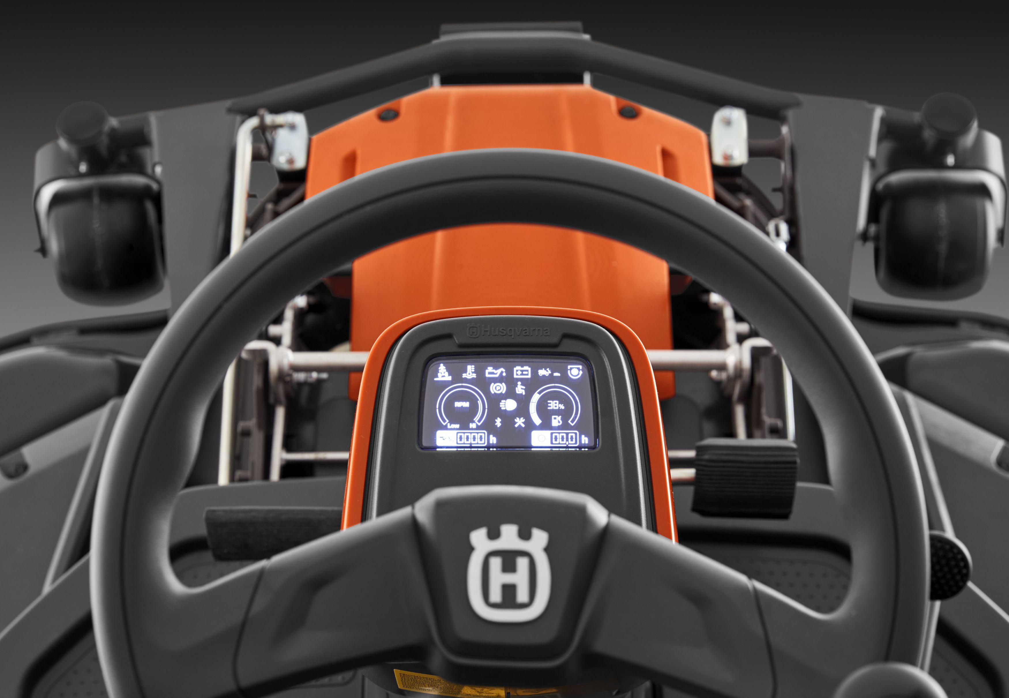 Oranžs Husqvarna raideris, modelis ''R318X'', skats no iekšpuses vadības paneļa