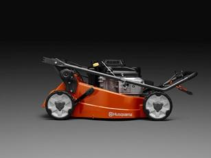 Oranžs Husqvarna zāles pļāvējs, modelis ''LC347V'', skats no labā sāna