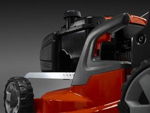 Oranžs Husqvarna zāles pļāvējs, modelis ''LC347V'', skats no aizmugures kreisās puses