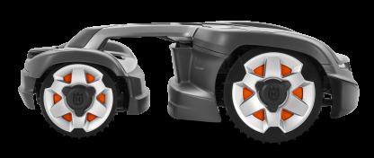 melns husqvarna zāles pļāvējs robots nofotogrāfēts no sāna