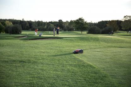 husqvarna zāles pļāvēja robots uz golfa laukuma