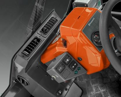 Melns, oranžs Husqvarna komerciālais Raideris ar kabīni, modelis ''P525D'', skats no iekšpuses vadības paneļa