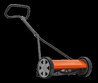 Oranžs Husqvarna mehāniskasi zāles pļāvējs, modelis ''540/NOVOLETTE'', skats no priekšas labās puses