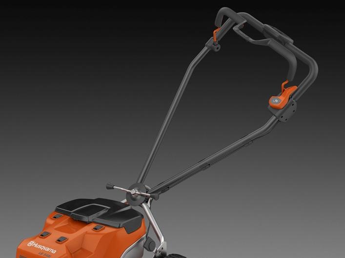 Oranžs Husqvarna Akumulatora zāles pļāvējs, modelis ''LB548i'', skatss uz augšējo daļu