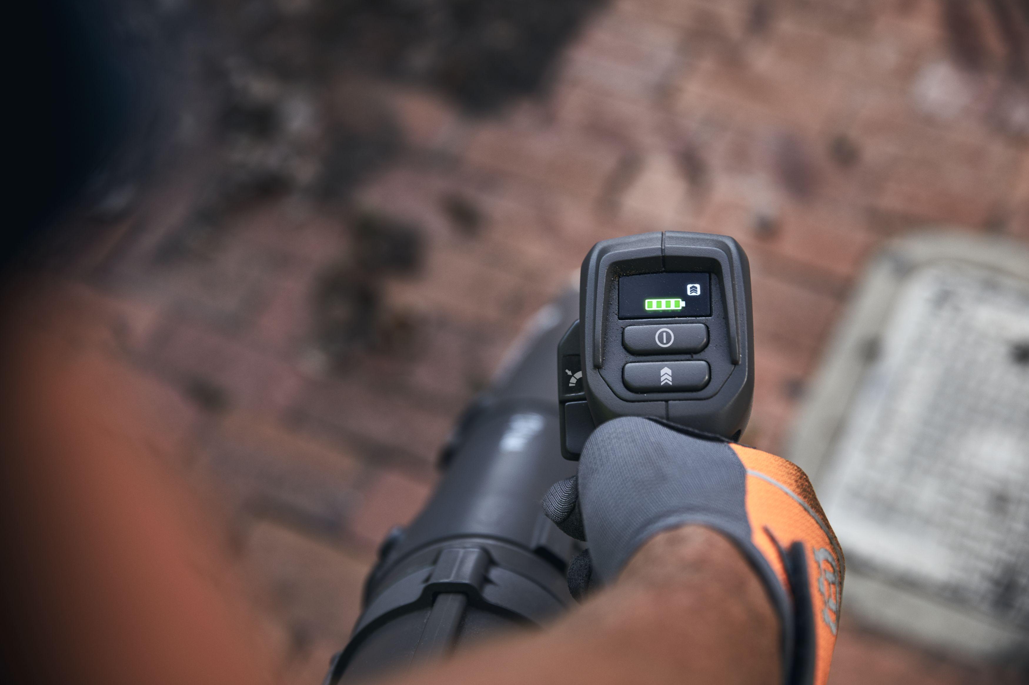 akumulatora lapu pūtēja vadības pogas ar vīrieša roku