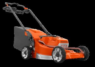 oranžs zāles pļāvējs ar piestiprinātu melnu grozu un akumulatoru nofotogrāfēts no sāna