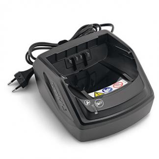 melns akumulatora lādētājs ar vadu uz balta fona