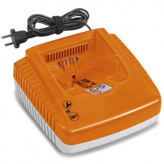 akumulatora lādētāja oranža detaļa un vads uz balta fona
