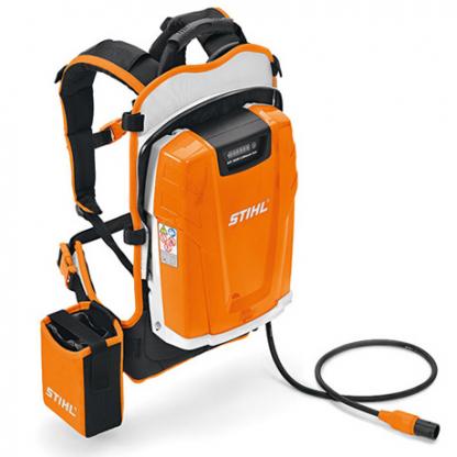 uz pleciem liekams oranžs ar melnu krāsu akumulators uz balta fona