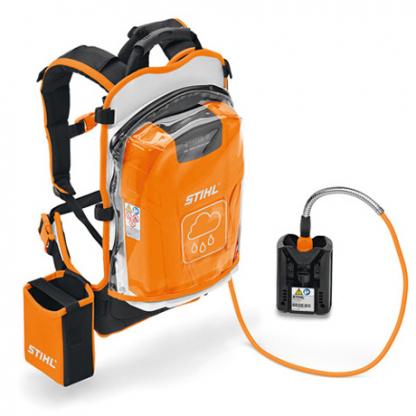 uz pleciem liekams oranžs ar melnu un baltu krāsu akumulators uz balta fona