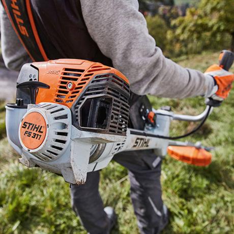 Oranžs, balts Stihl Trimmeris , modelis ''FS 311'', paraugdemonstrācija