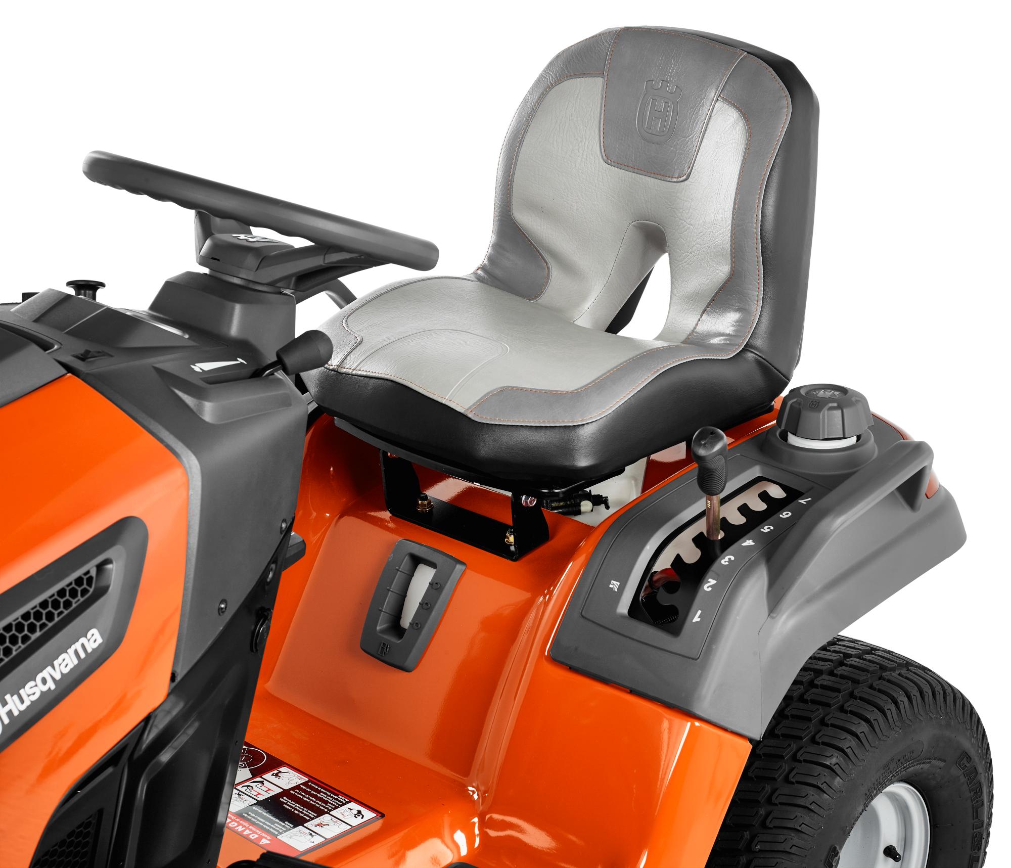 Oranžs Husqvarna zāles pļāvējs traktors, modelis ''TS 242TXD'', skats uz vadītāja sēdvietu
