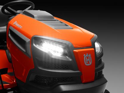 Oranžs Husqvarna zāles pļāvējs traktors, modelis ''TC 238TX'', skats no priekšas