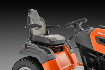 Oranžs Husqvarna zāles pļāvējs traktors, modelis ''TS 348XD'', skats uz vadītāja sēdvietu