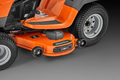 Oranžs Husqvarna zāles pļāvējs traktors, modelis ''TS 348XD'', skats uz kreiso sānu