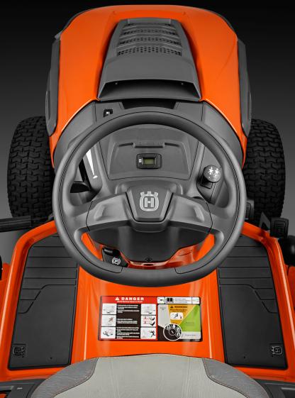 Oranžs Husqvarna zāles pļāvējs traktors, modelis ''TC 238T'', skats no vadītāja skatpunkta uz vadības paneļa