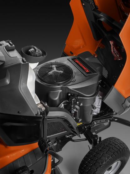 Oranžs Husqvarna zāles pļāvējs traktors, modelis ''TC 242TX'', skats uz motoru