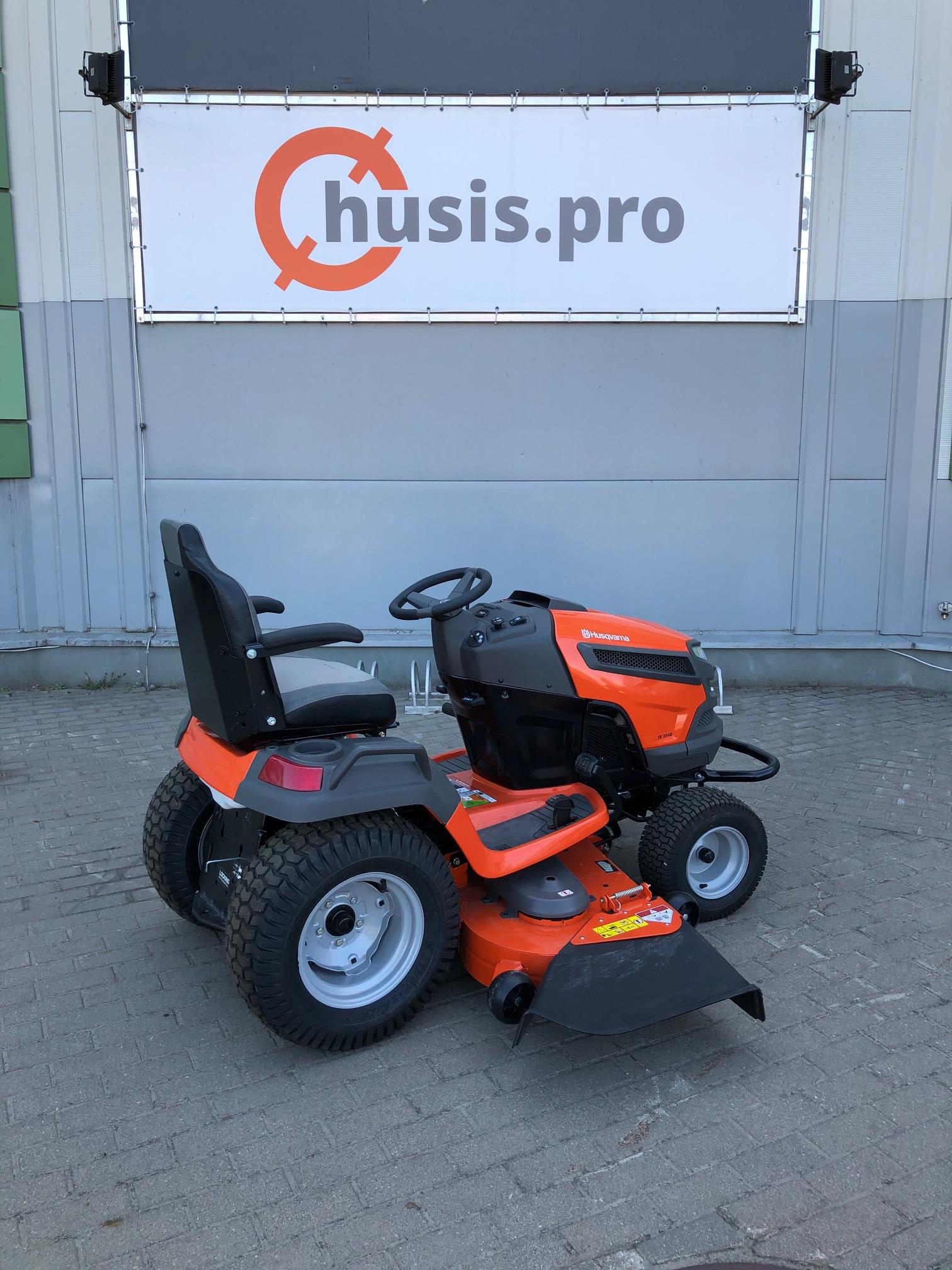 Oranžs Husqvarna dārza traktors, modelis ''TS354D'', skats no labā sāna