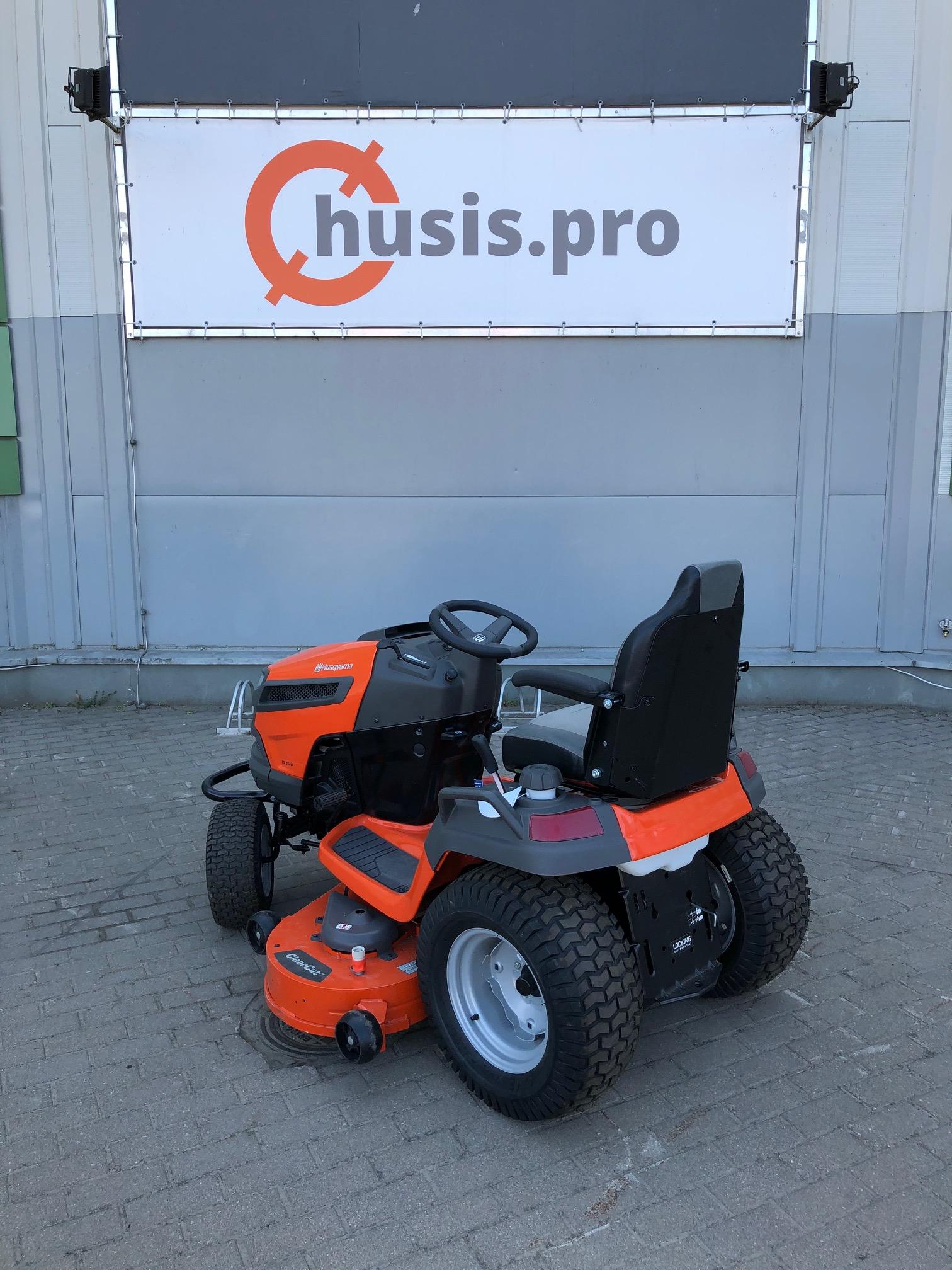 Oranžs Husqvarna dārza traktors, modelis ''TS354D'', skats no aizmugures kreisās puses