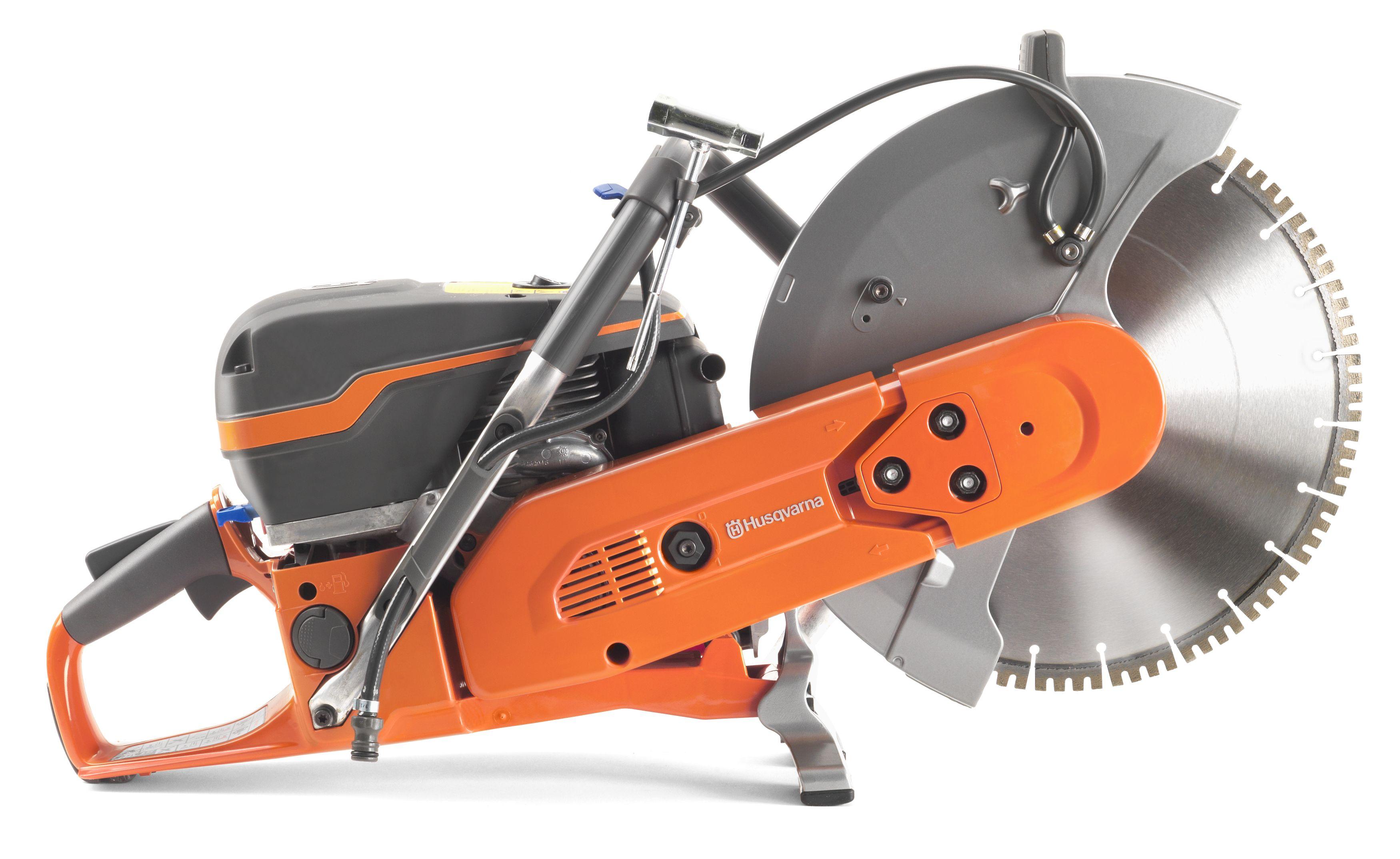 """Oranžs Husqvarna spēka zāģis, modelis """"K970'' ar 14 collu griezējdisku, skats no labā sāna"""