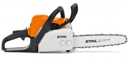 Oranžs, balts Stihl motorzāģis, modelis ''MS180'', skats no labā sāna