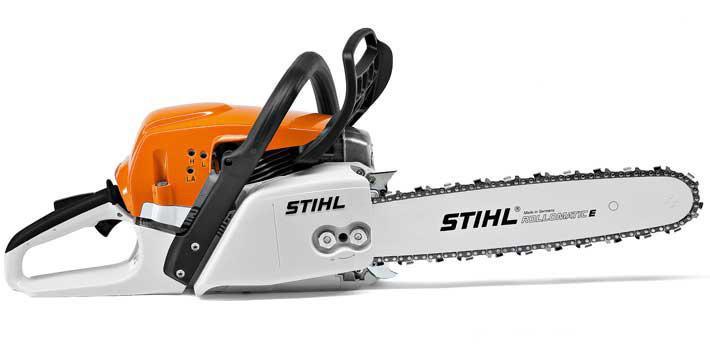 Oranžs, balts Stihl motorzāģis, modelis ''MS271'', skats no labā sāna