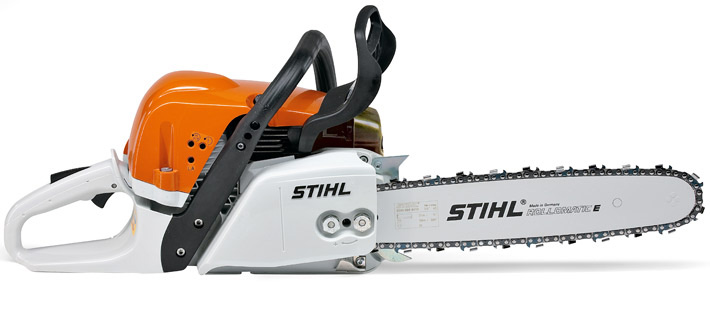 Oranžs, balts Stihl motorzāģis, modelis ''MS311'', skats no labā sāna