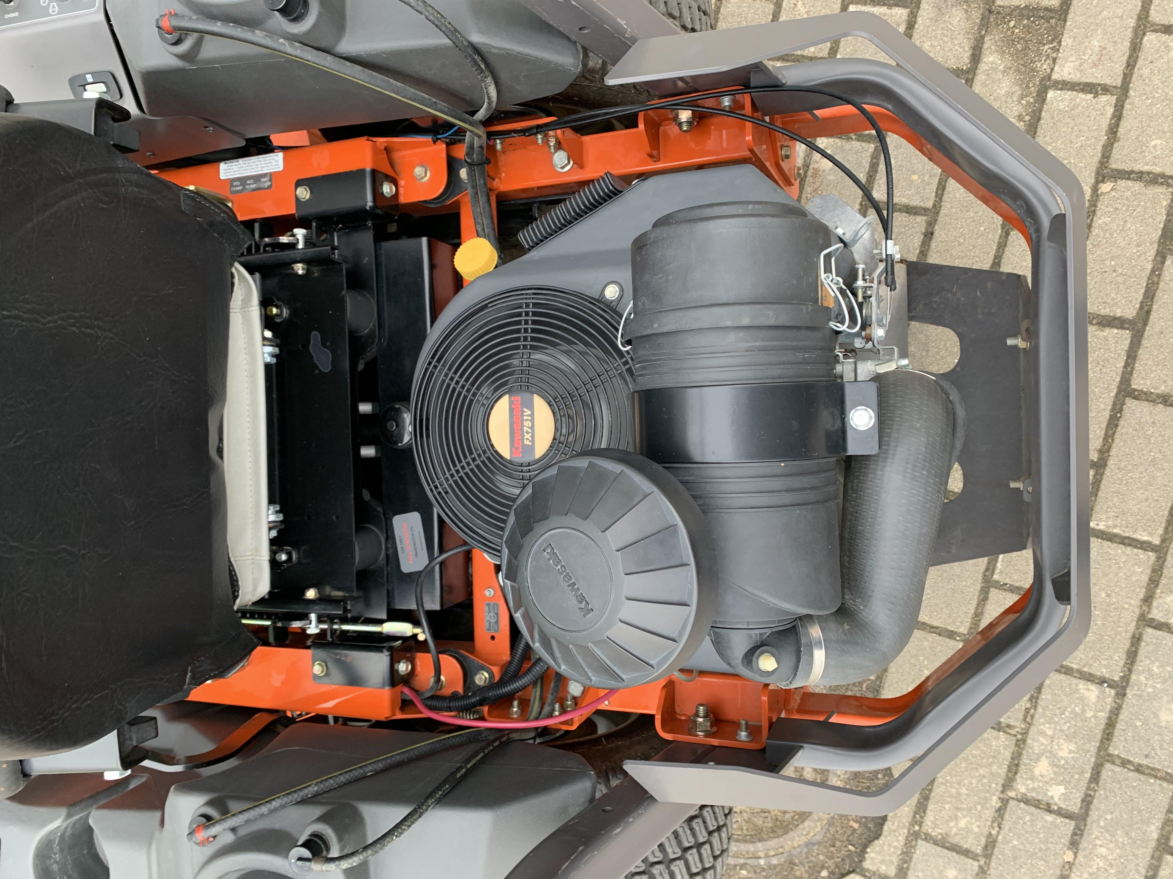 Oranžs Husqvarna nulles pagrieziena zāles pļāvējs, modelis ''PZ54_4'', skats uz motoru