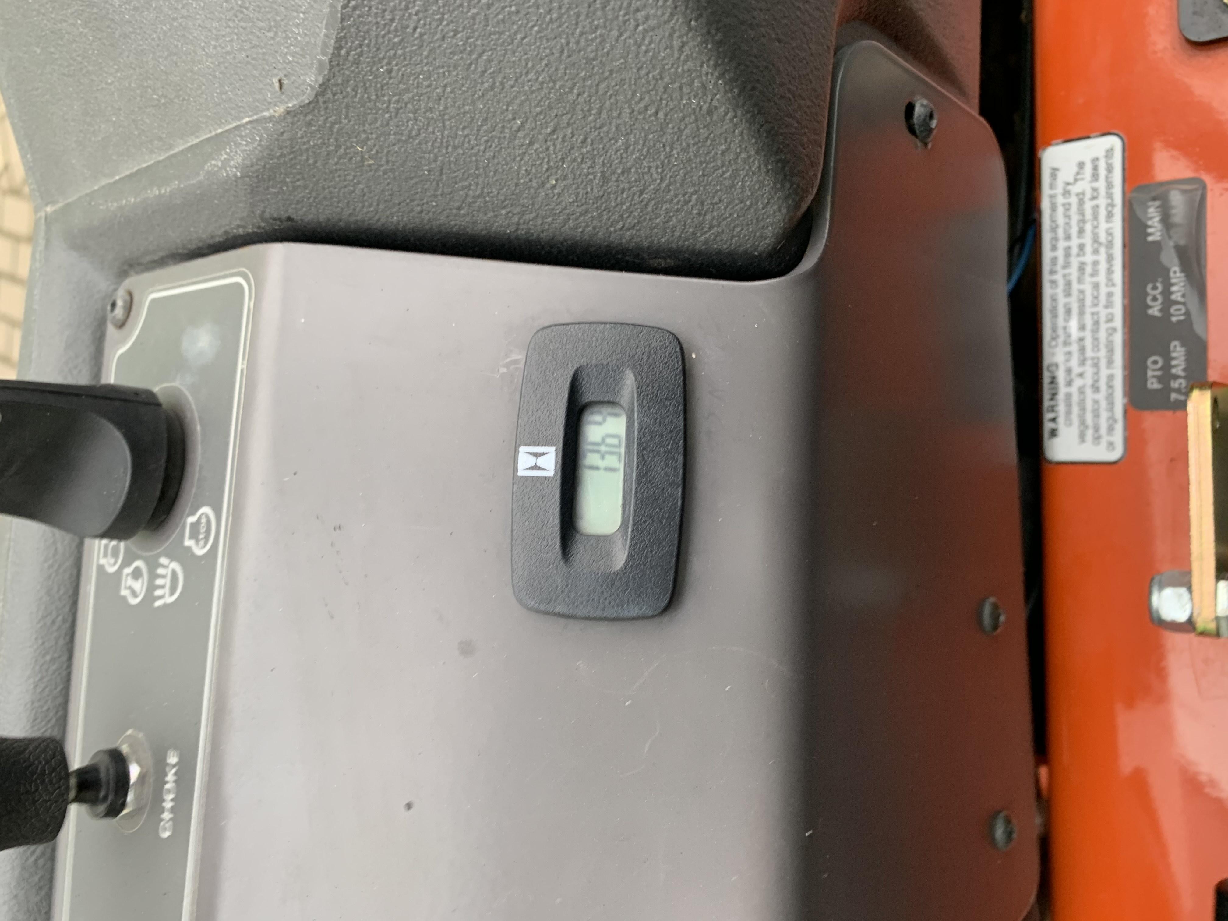 Oranžs Husqvarna nulles pagrieziena zāles pļāvējs, modelis ''PZ54_4'', skats no iekšpuses