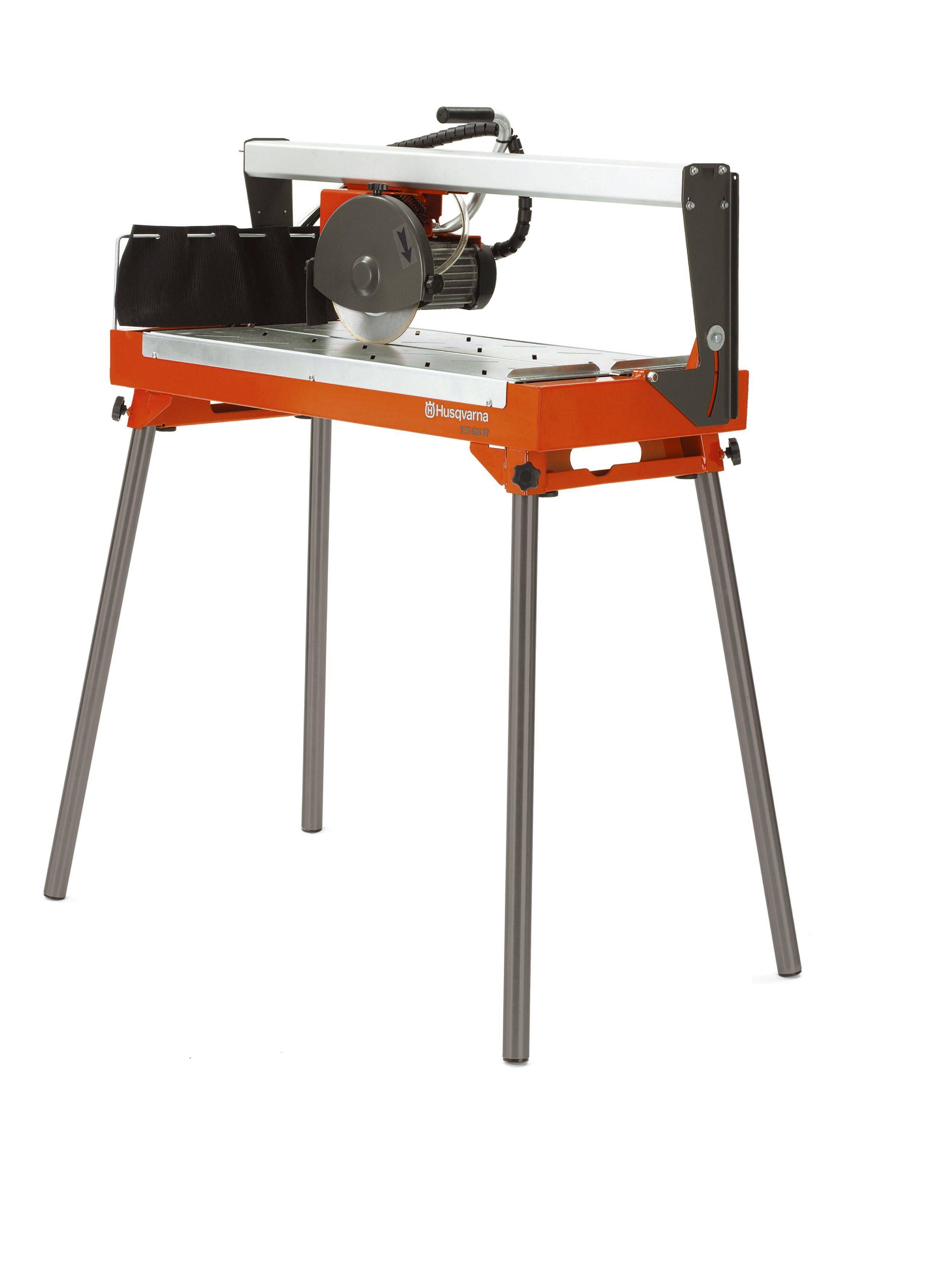 """Oranžs Husqvarna Flīžu zāģis, modelis """"TS 66 R'', skats no priekšas ar izvirzītu labo pusi"""