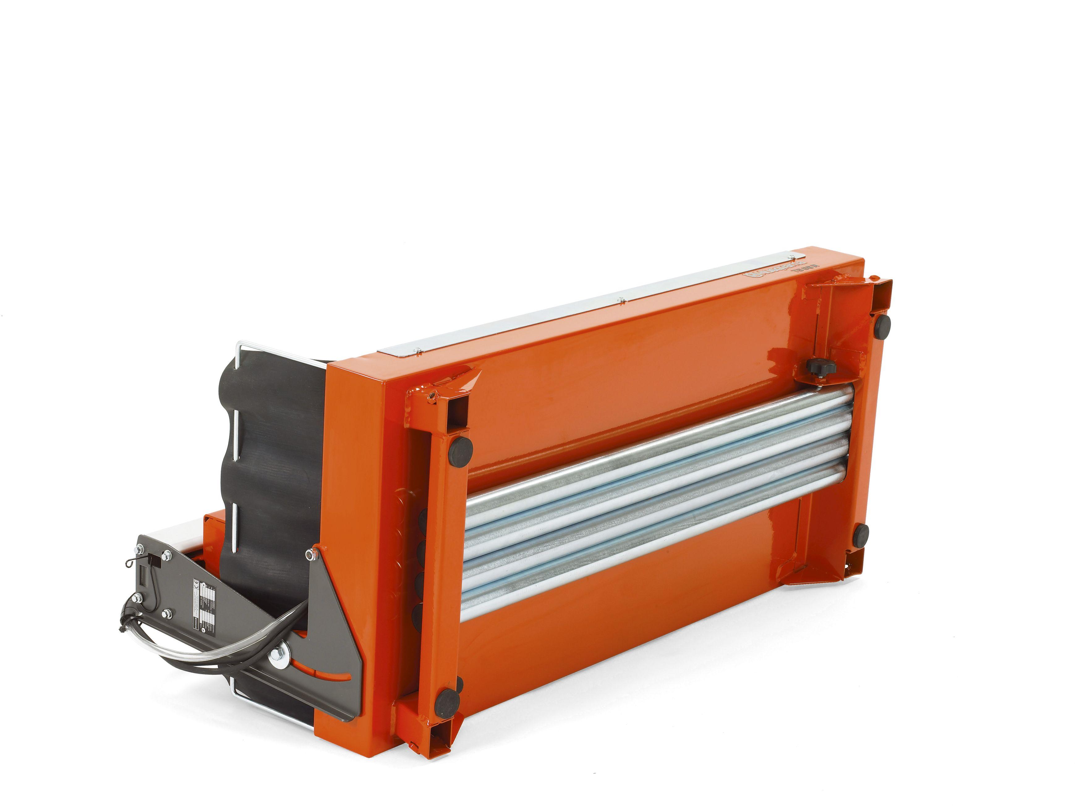 """Oranžs Husqvarna Flīžu zāģis, modelis """"TS 66 R'', skats no apakšas ar izvirzītu labo pusi"""