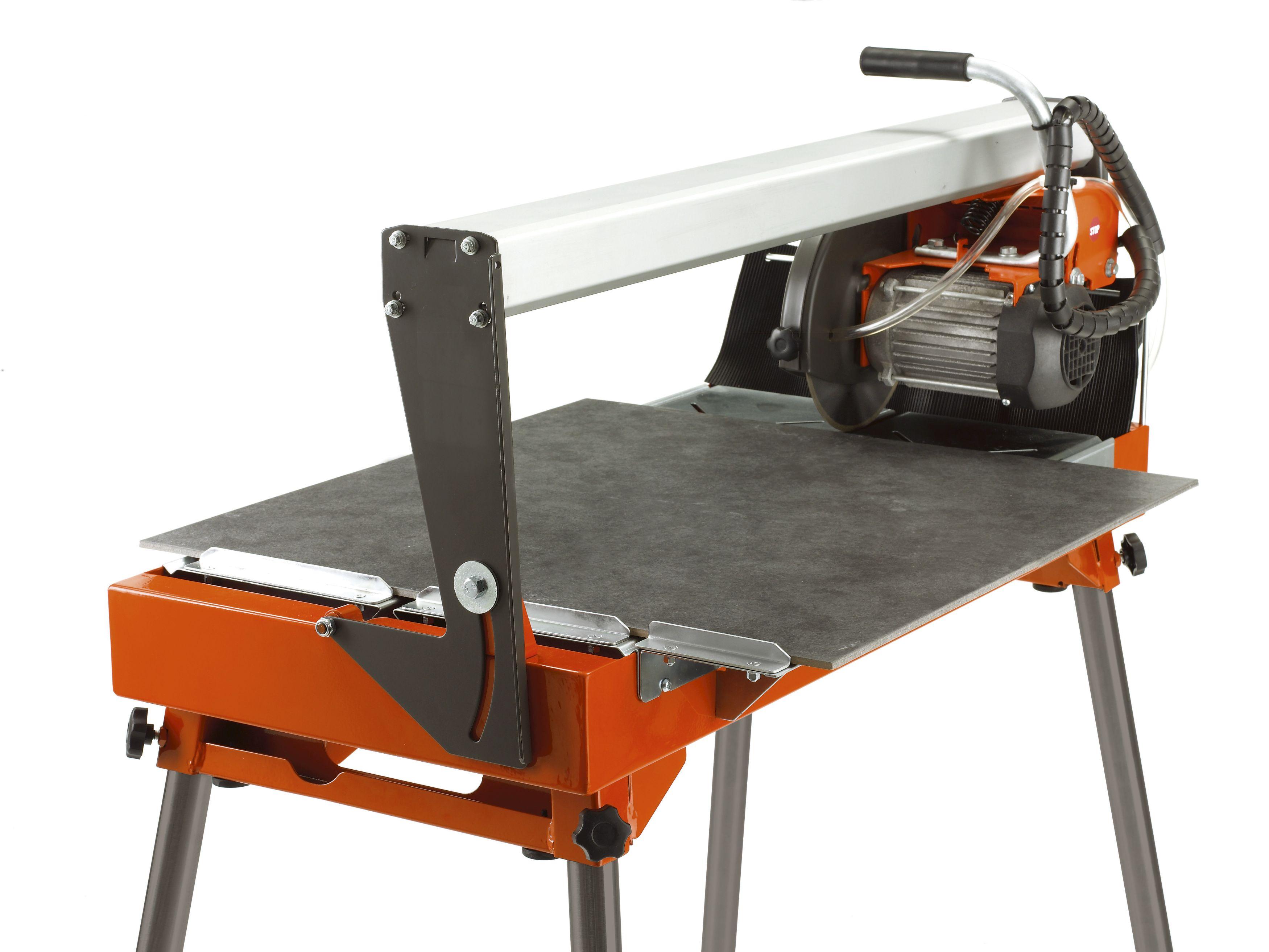 """Oranžs Husqvarna Flīžu zāģis, modelis """"TS 66 R'', skats no aizmugures ar izvirzītu kreiso pusi"""