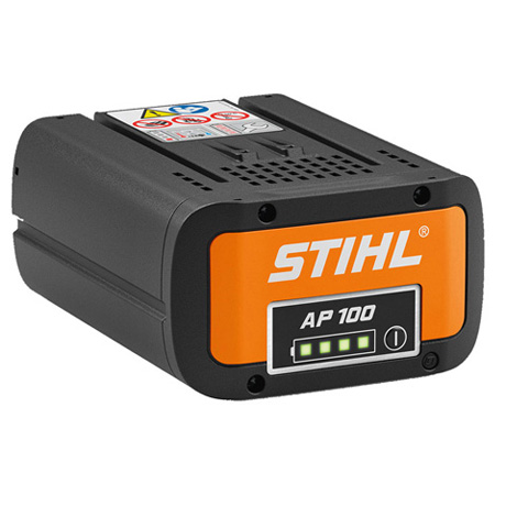 STIHL AP 100 akumulators uz balta fona