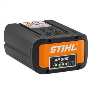 STIHL AP 300 akumulators uz balta fona