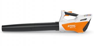 Oranžs Stihl akumulatora lapu pūtējs, modelis ''BGA 45'', skats no kreisā sāna