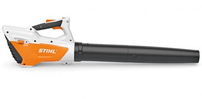 Oranžs Stihl akumulatora lapu pūtējs, modelis ''BGA 45'', skats no labā sāna