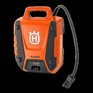 akumulators bez uzkabes oranžā un melnā krāsā ar melnu cauruli