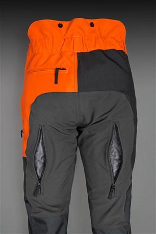 Melnas ar oranžu Husqvarna bikses darbam ar trimmer, kāju aizmugurējā daļas ventilācijas rāvējslēdzēji