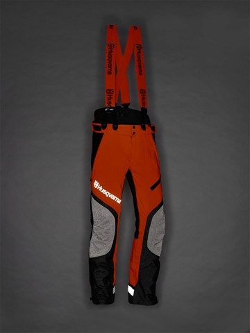 Melnas ar oranžu Husqvarna jostas aizsargbikses, modelis ''Technical Extreme'', atstarojoša auduma demonstrācija