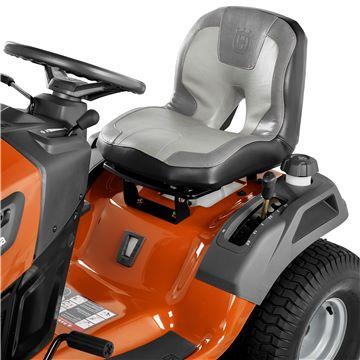 Oranžs Husqvarna mauriņa traktors, modelis ''TS 146TXD'', skats uz sēdekli