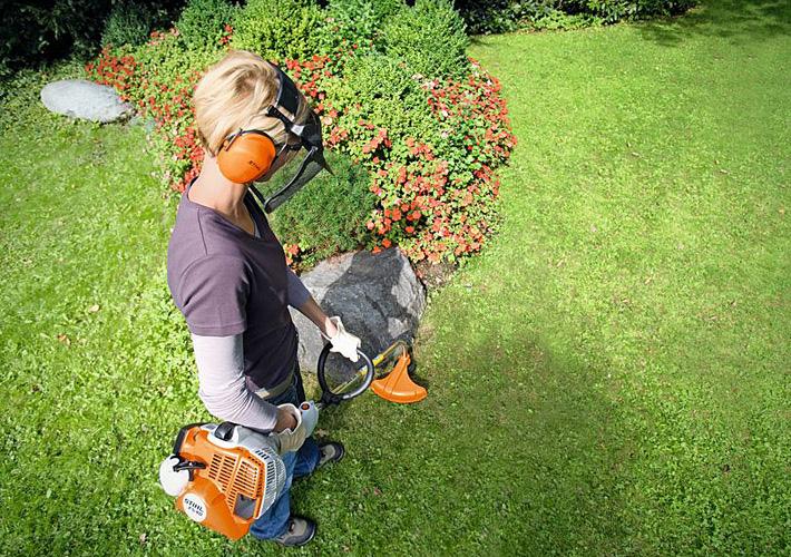 Oranžs Stihl trimmeris, modelis ''FS 40'', darbības paraugdemonstrācija