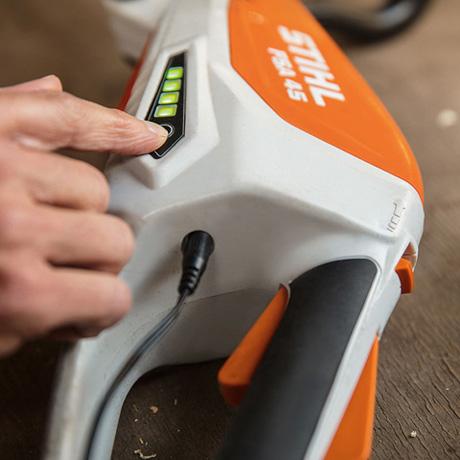 Oranžs, balts Husqvarna akumulatora trimeris , modelis ''Stihl FSA 45'', paraugdemonstrācija