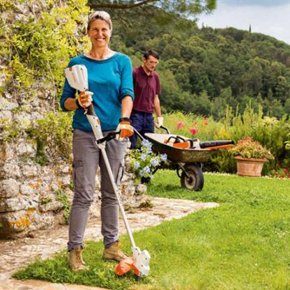sieviete un vīrietis veic dārza darbus