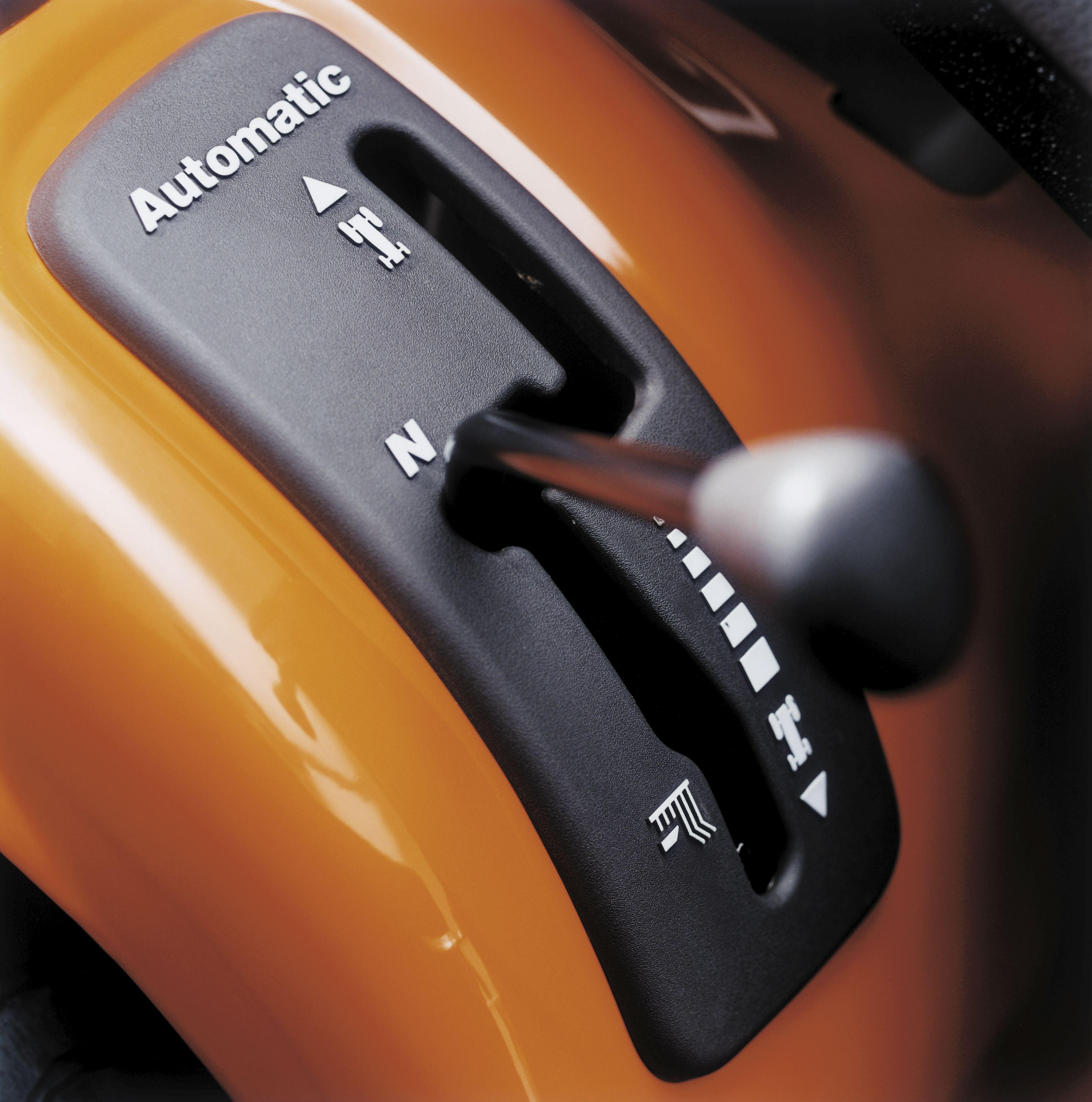 Oranžs Husqvarna mauriņa traktors, modelis ''TS 138L'', skats uz ātruma pārslēdzēju